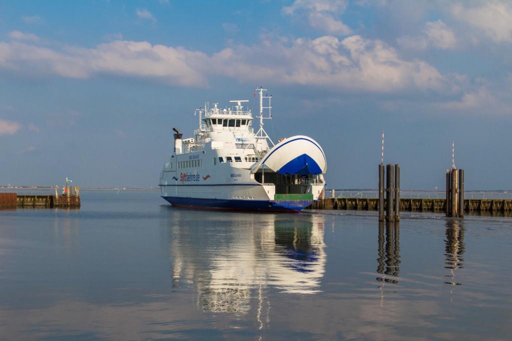 Færgen på vej i havn - sol